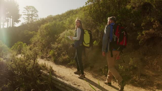 Aktives Seniorenpaar wandern im Wald – Video