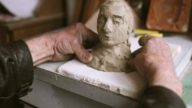 aktive senior machen statue aus ton - künstlerischer beruf stock-videos und b-roll-filmmaterial