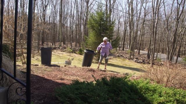 bahar temizlik-up arka bahçe işi aktif kadın kıdemli - yalnızca yetişkinler stok videoları ve detay görüntü çekimi