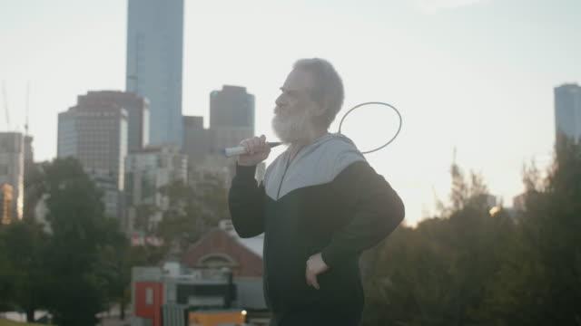 Aînés jouer au badminton - Vidéo