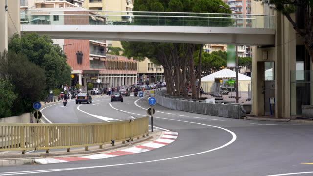 vidéos et rushes de trafic urbain actif sur la route de circuit de monaco, grand prix de formule un lieu de rendez-vous - lieu sportif