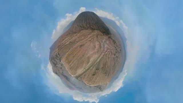 aktiver vulkan krater bromo, jawa, indonesien - panorama stock-videos und b-roll-filmmaterial