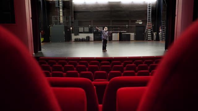 stockvideo's en b-roll-footage met acteur, directeur repetitie in theater - toneel