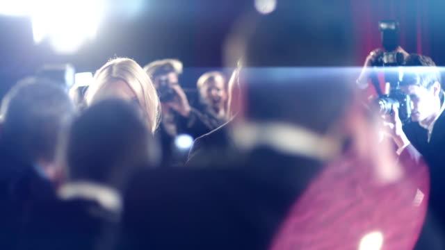 vídeos de stock, filmes e b-roll de atores no tapete vermelho - eventos de gala