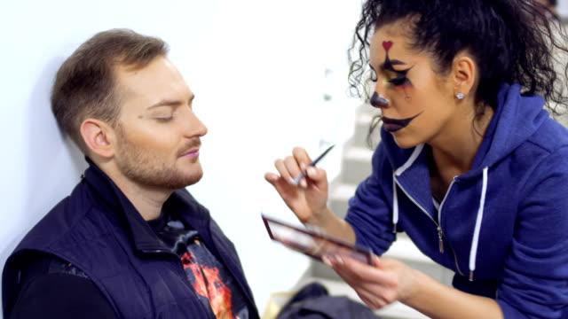 stockvideo's en b-roll-footage met acteurs bereidt om te voeren op de scène en maakt greasepaint op gezicht - vetschmink