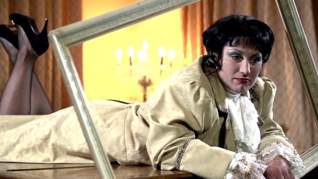 hd lento: attrice nel barocco vestiti sdraiati su un pianoforte - barocco video stock e b–roll