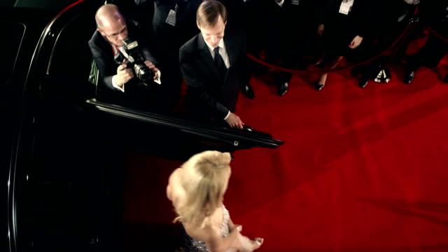 vídeos de stock, filmes e b-roll de atriz no tapete vermelho - eventos de gala