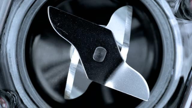 vídeos de stock e filmes b-roll de acute blender blades rotate. - utensílio