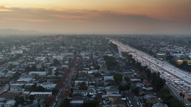 アダムス・ノルマンディーとユニバーシティパークと10高速道路、ロサンゼルス-空中 - 州間高速道路点の映像素材/bロール