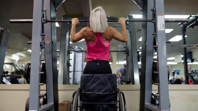 adaptive rine im rollstuhl zieht an - muskulös stock-videos und b-roll-filmmaterial