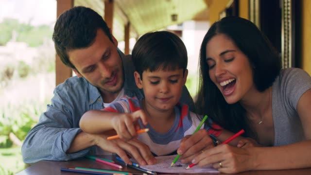着色に家族を追加し、楽しみを得る - 図画点の映像素材/bロール