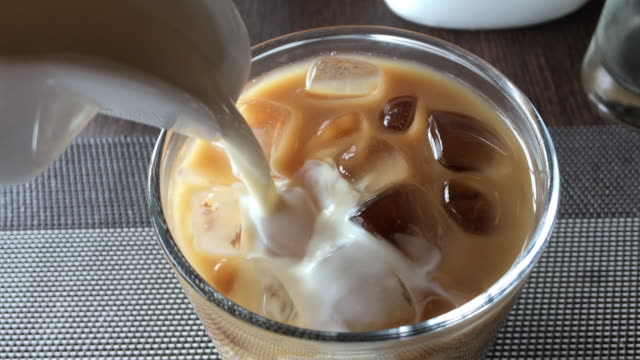 att lägga till mjölk iskaffe på hotel - iskaffe bildbanksvideor och videomaterial från bakom kulisserna
