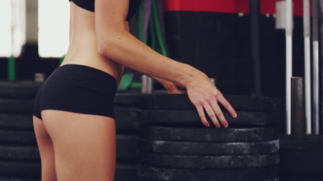 ihr training hinzufügen mehr gewicht - fitnessausrüstung stock-videos und b-roll-filmmaterial