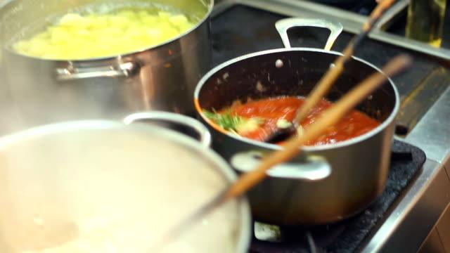 vídeos y material grabado en eventos de stock de adición de perejil a la salsa y agitación - comida salada
