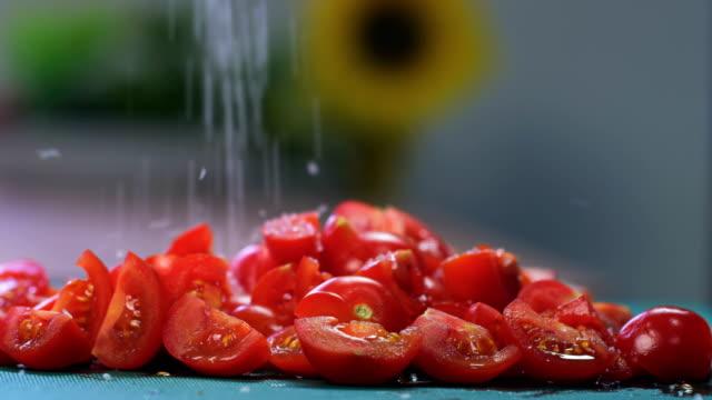 トマトをカットする塩を追加 - 一切れ点の映像素材/bロール