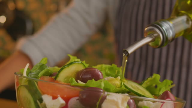 adding some olive oil to the salad - oliva video stock e b–roll
