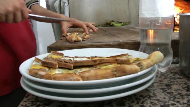 dodawanie tureckiego mięsa pita do piekarnika i talerza - chleb pita filmów i materiałów b-roll