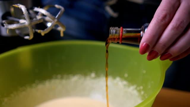 vidéos et rushes de ajouter de la saveur vanille au mélange pour cookies - vanille