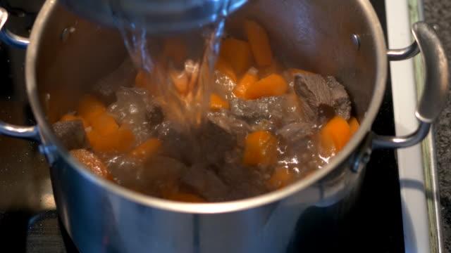 addomg wody do gulasz wołowy - mielona wołowina filmów i materiałów b-roll
