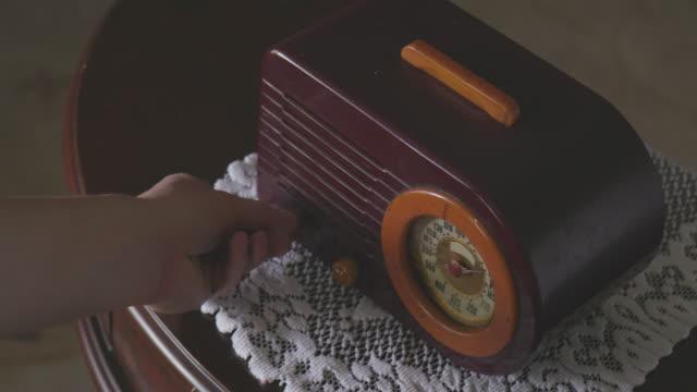 justera antik maroon och orange radio på träbord - wine box bildbanksvideor och videomaterial från bakom kulisserna
