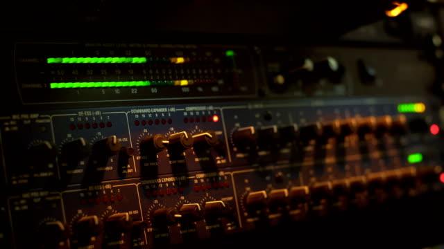 anpassen equalization - aufnahmestudio stock-videos und b-roll-filmmaterial