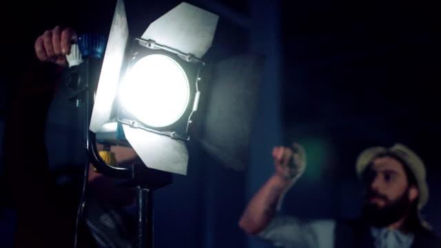 스튜디오에서 전문 조명 조정 - 영화 촬영 스톡 비디오 및 b-롤 화면