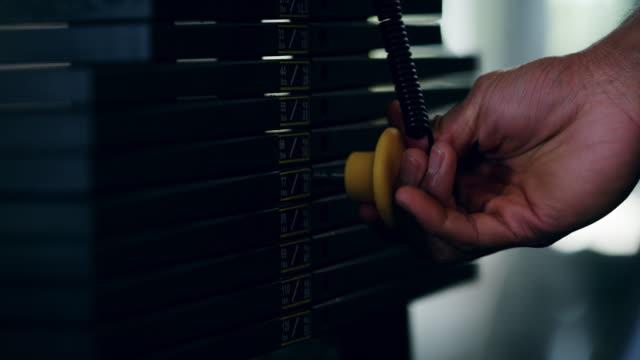 stockvideo's en b-roll-footage met de gewichten dienovereenkomstig aan te passen - fitnessapparaat
