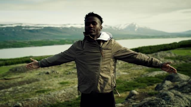 admiring icelandic nature - dziki obszar filmów i materiałów b-roll