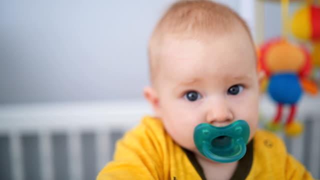 vídeos de stock, filmes e b-roll de rapaz adorável bebê no berço - bico