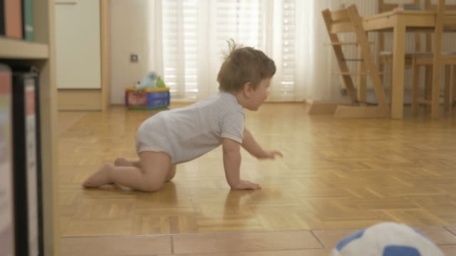 自宅で愛らしい赤ちゃんのクロール - 階段点の映像素材/bロール