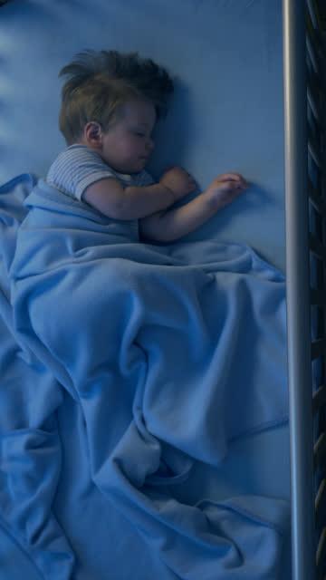 vídeos y material grabado en eventos de stock de adorable bebé durmiendo en la noche - dormir