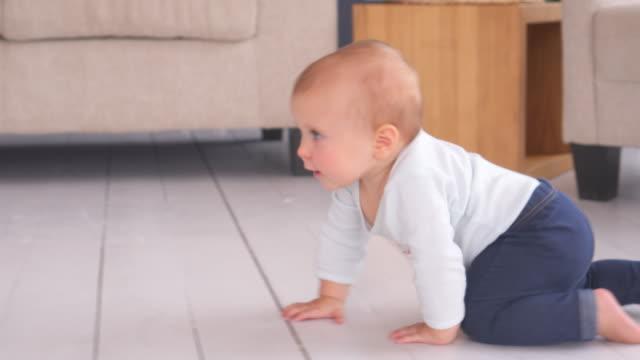 vidéos et rushes de babygirl adorable ramper à la maison - ramper