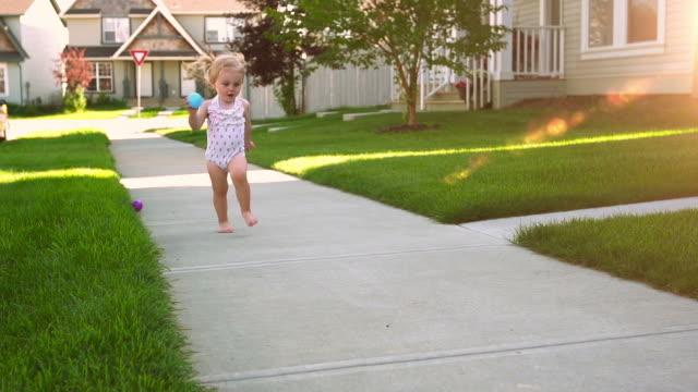 vidéos et rushes de adorable belle petite fille dans la banlieue - pureté