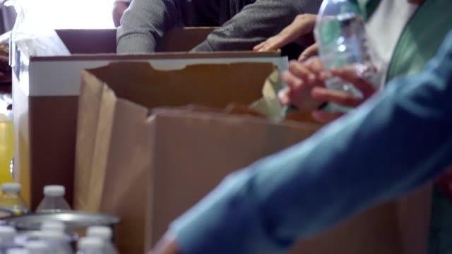 bedårande barn volontär med familj under gemenskapens mat-enhet - välgörenhet bildbanksvideor och videomaterial från bakom kulisserna