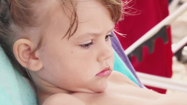 bedårande tjej om på strandstolen - endast flickor bildbanksvideor och videomaterial från bakom kulisserna