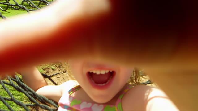 愛らしいガールブランコでハンモック - 日常から抜け出す点の映像素材/bロール