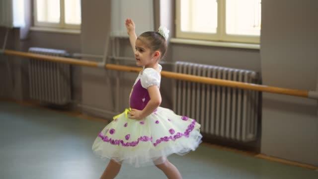 entzückende kleine ballerina - ballettröckchen stock-videos und b-roll-filmmaterial