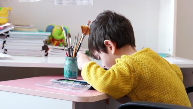 사랑스러운 작은 소년, 그림 그리기 - kids drawing 스톡 비디오 및 b-롤 화면