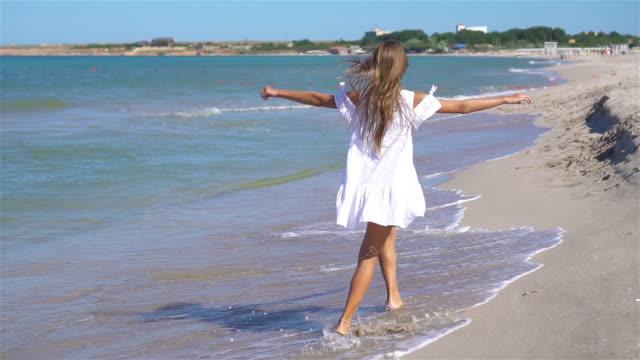 adorable little girl at beach during summer vacation - wschodnio europejski filmów i materiałów b-roll