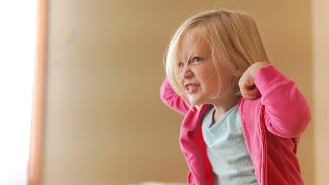 urocza dziewczynka wygina - napinać mięśnie filmów i materiałów b-roll