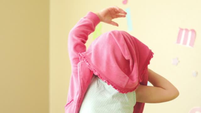 可愛らしい小さな女の子がた - 着る点の映像素材/bロール
