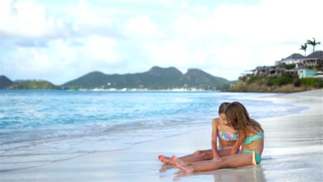 bedårande små flickor leker med sand på stranden - indiska oceanen bildbanksvideor och videomaterial från bakom kulisserna