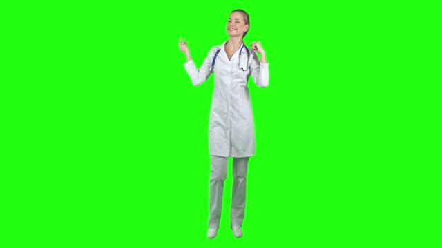 bedårande sjuksköterska - helkroppsbild bildbanksvideor och videomaterial från bakom kulisserna