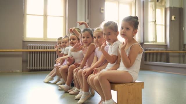 bedårande leende ballerinor - balettstång bildbanksvideor och videomaterial från bakom kulisserna