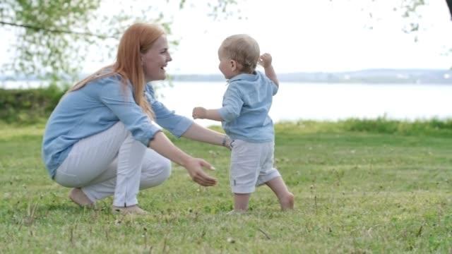 entzückende kleinkind laufen, liebevolle mutter - alleinerzieherin stock-videos und b-roll-filmmaterial