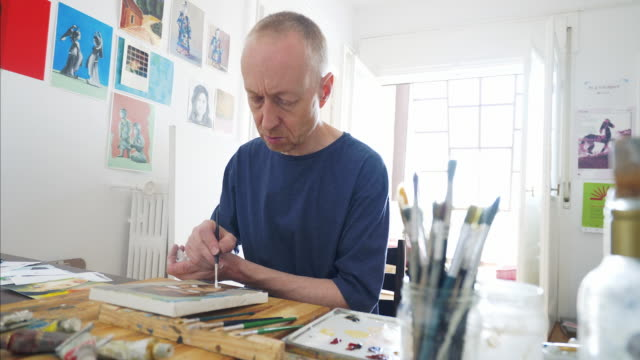 vídeos de stock, filmes e b-roll de adulta artista trabalhando em uma pintura. - arte e artesanato assunto