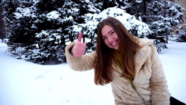 Filha adulta, gravação de vídeo-mensagem para o pai - vídeo