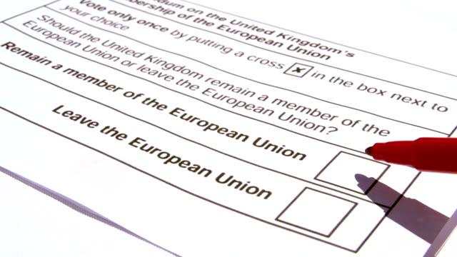 vuxen som bestämmer vad du ska välja i valet eu brittiskt medlemskap - brexit bildbanksvideor och videomaterial från bakom kulisserna