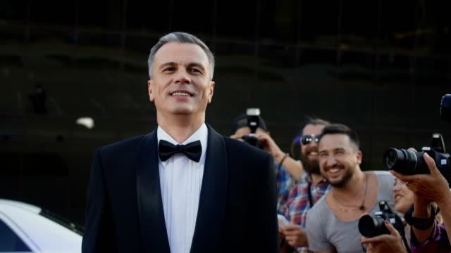 vídeos de stock, filmes e b-roll de adulto homem famoso no tapete vermelho - eventos de gala