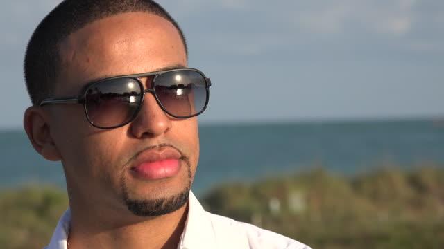 vídeos de stock, filmes e b-roll de adulto homem vestindo óculos de sol - moda urbana